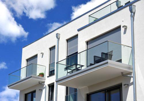 Moderne Balkone, verglast mit Metall-Geländer an Neubau-Hausfro